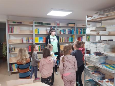 Przedszkolaki odwiedzają nową bibliotekę szkolną